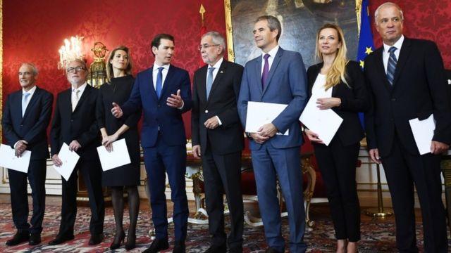 Presidente Alexander Van der Bellen (cuarto desde la dcha) y Sebastian Kurz (a su izda) presentaron el nuevo gabinete a los medios en mayo.