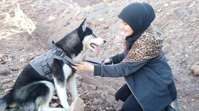 Sahba Barakzai e sua cachorra Aseman durante um passeio