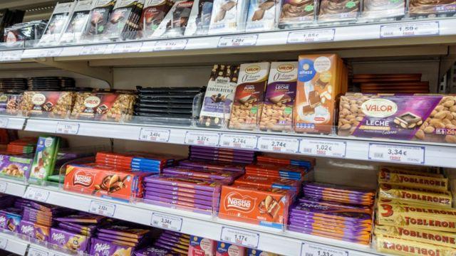 Productos dulces en un supermercado.