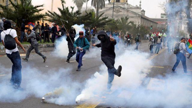 Enfrentamiento entre encapuchados y policía.