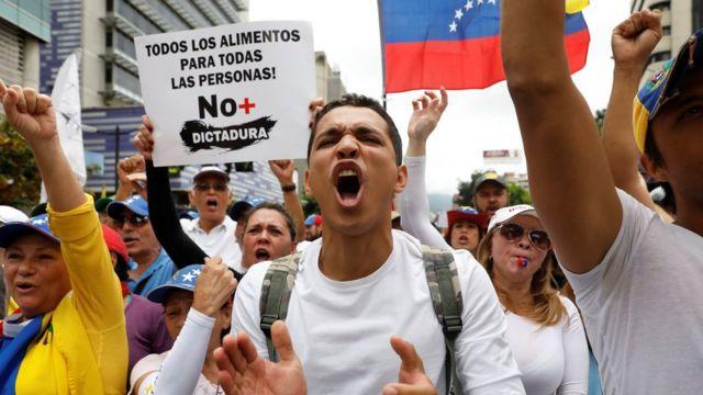 Manifestantes opositores.