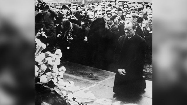 นายกรัฐมนตรีวิลลี แบรนท์ ของเยอรนี คุกเข่าต่อหน้าอนุสาวรีย์การลุกฮือของชุมชนชาวยิววอร์ซอว์ในปี 1943