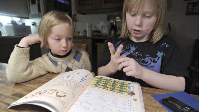 Deux enfants font leurs devoirs à Vantaa, Finlande