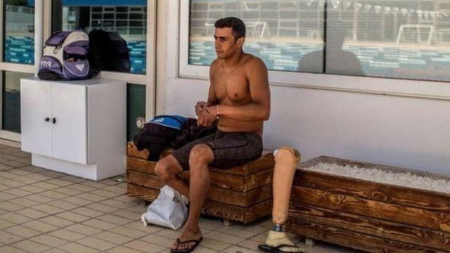 الحسین از طریق پدرش با شنا آشنا شد، هر چند در ابتدا در مقابل یادگیری مقاومت میکرد