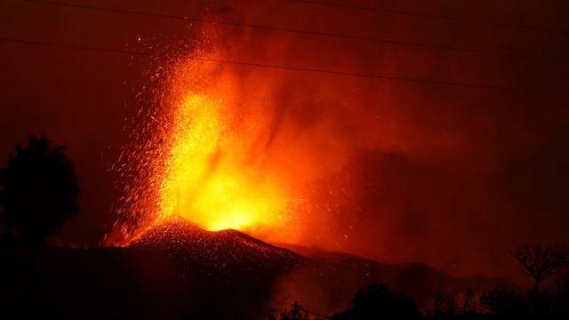 Vulcão Cumbre Vieja expelindo lava