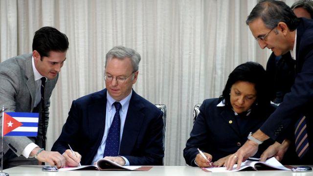 El presidente ejecutivo de Google, Eric Schmidt, y la presidenta de Etecsa, Mayra Arevich.
