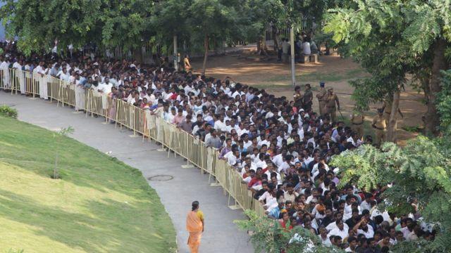 மறைந்த தமிழக முதல்வரின் பூதவுடலுக்கு அஞ்சலி செலுத்த ஆயிரக்கணக்கில் திரண்டிருக்கும் மக்கள் கூட்டம்