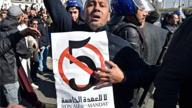 Un manifestant à Alger