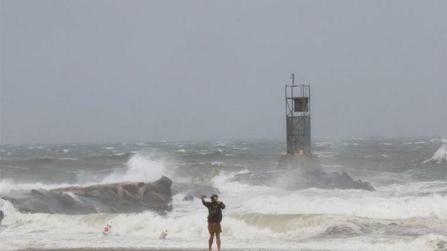 Un hombre frente a una playa