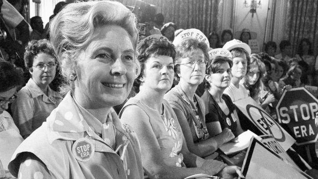 Phyllis Schlafly (izquierda) y otras mujeres opuestas a la Enmienda de la Igualdad de Derechos en Kansas, el 10 de agosto de 1972.