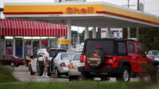 Cola de vehículos en una estación de gasolina en Carolina del Sur.