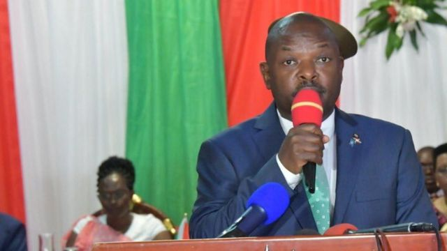 Umunsi inzego z'umutekano zariko zimwipfuriza umwaka mushasha, Petero Nkurunziza yarashimiye ingabo z'u Burundi ku kungene bakoranye