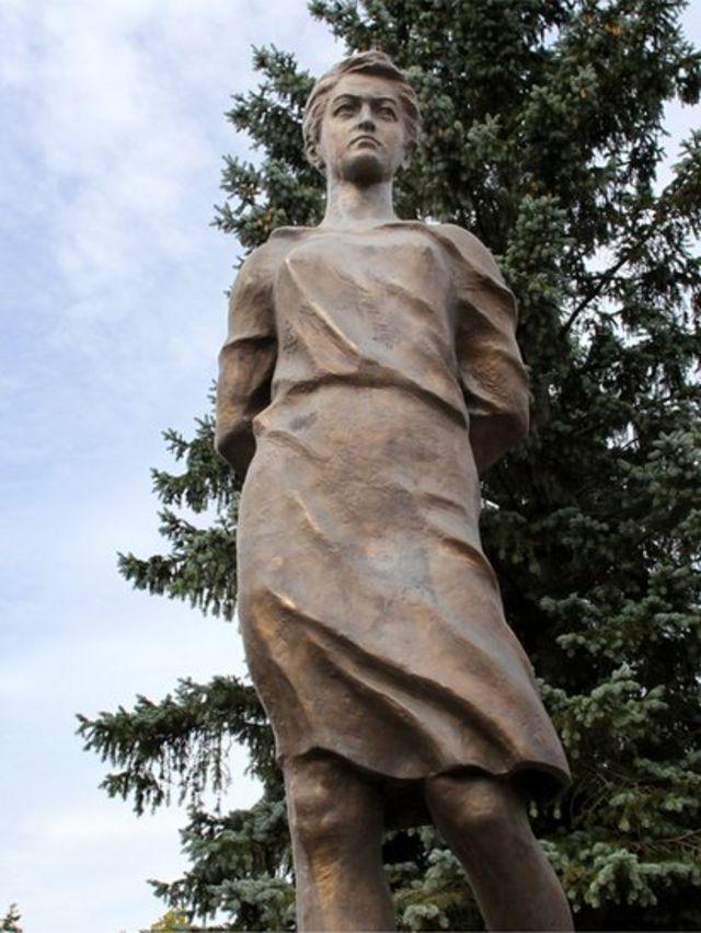 Памятник Зое Космодемьянской, открытый в подмосковной Рузе в августе 2013 года