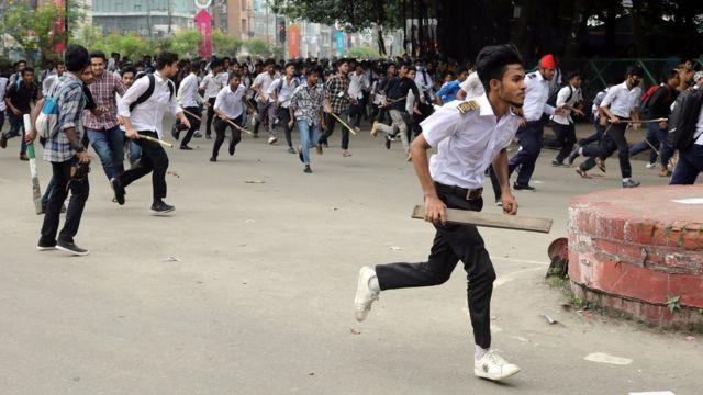 의사 압두스 샤비르는 이어 고무 총알로 인해 상처를 입은 학생들도 있으며, 몇몇 학생들은 '아주 위독한 상태였다'고 말했다