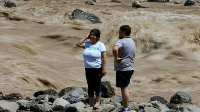 دو نفر در سیلاب گرفتار شدهاند