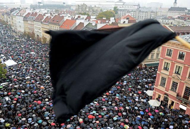 Miles de mujeres protestan en Varsovia contra la iniciativa para prohibir del todo el aborto en Polonia.