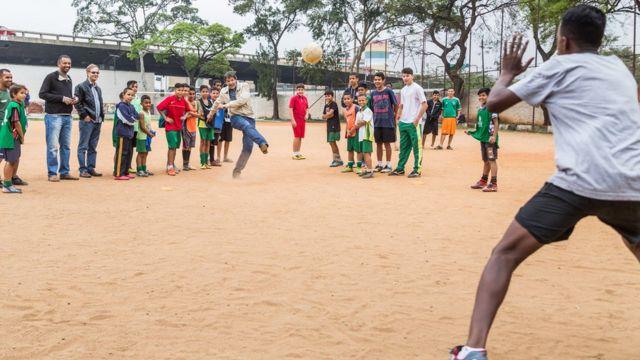 Haddad joga futebol em campo de várzea durante agenda da campanha eleitoral