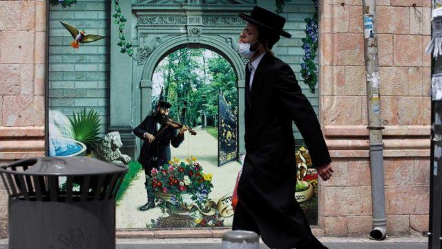 В Израиле самая серьезная вспышка заражения коронавирусом произошла в общинах ультраортодоксальных иудеев, хасидов