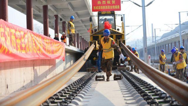 西成高铁宁强南站站内铺设最后一段钢轨(中新社图片28/2/2017)