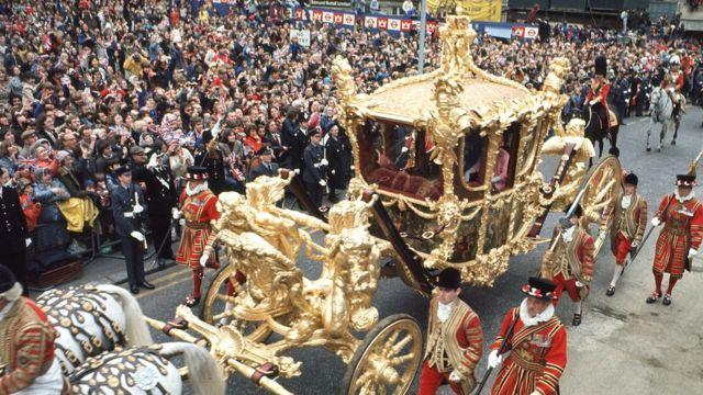 伊丽莎白二世女王登基25周年银禧庆典,女王乘金马车从皇宫前往圣保罗大教堂参加仪式