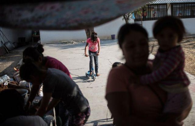 Familia desplazada en Guerrero.
