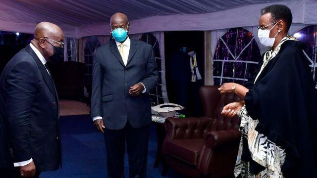 Perezida Museveni n'umugore we Janet Museveni baraye bakiriye abashyitsi bakomeye bahageze, ubanza ibumoso ni Perezida Nana Akufo-Addo wa Ghana