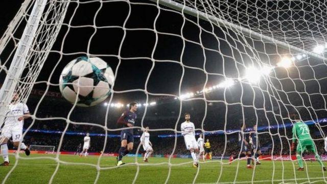 Beki wa kushoto wa PSG Layvin Kurzawa alikuwa mlinzi wa kwanza kufunga hat-trick huku timu yake ikiicharaza Anderlecht bao 5-0