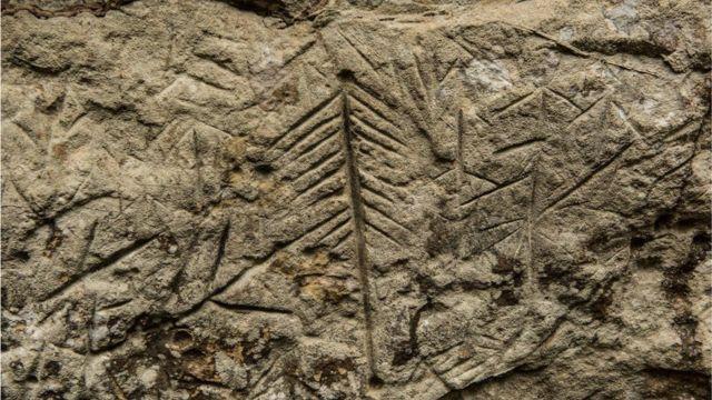 Uma das gravuras apagadas; arqueológos dizem não ser possível precisar a data exata delas, por estarem em rocha