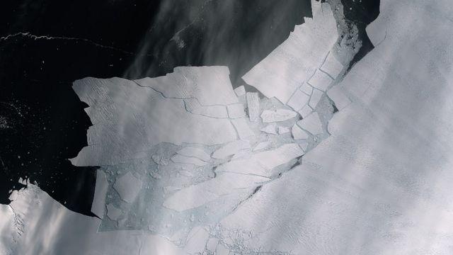 Rachadura de um iceberg que se partiu da geleira da Ilha Pine, na Antártica Ocidental