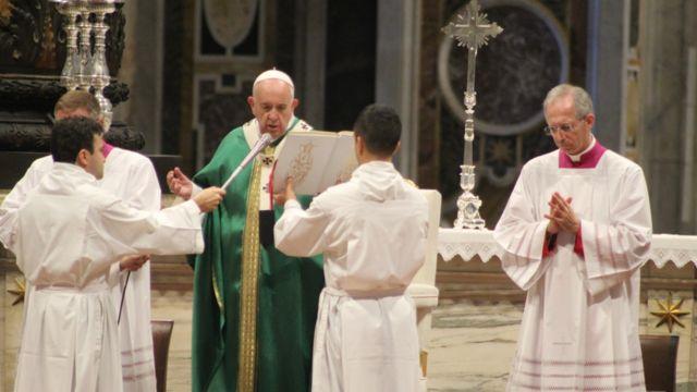 Para Francisco durante una ceremonia.