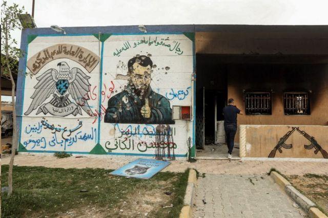 """Παραμορφωμένη τοιχογραφία του Mohsen """"υπουργός άμυνας"""" Στη φυλακή που ιδρύθηκε από την οικογένεια των Αλκανίων"""