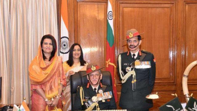 सेना प्रमुख बिपिन रावत (बैठे हुए) को कार्यभार सौंपते पूर्व सेना प्रमुख दलबीर सिंह सोहाग