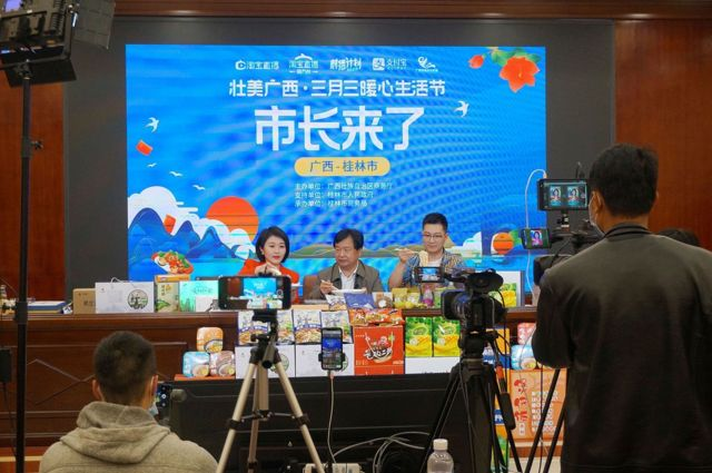"""Local officials from many places in China frequently appeared in the live broadcast rooms to """"bring goods"""" for local products."""