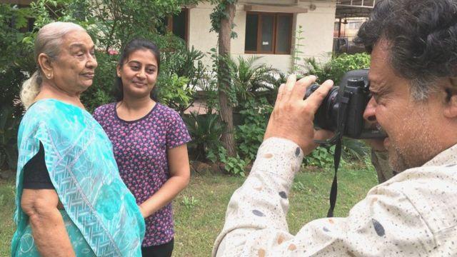11 ఏళ్ల తరువాత మళ్లీ నానమ్మ, మనవరాలి ఫొటో తీస్తున్న ఫొటోగ్రాఫర్ కల్పిత్