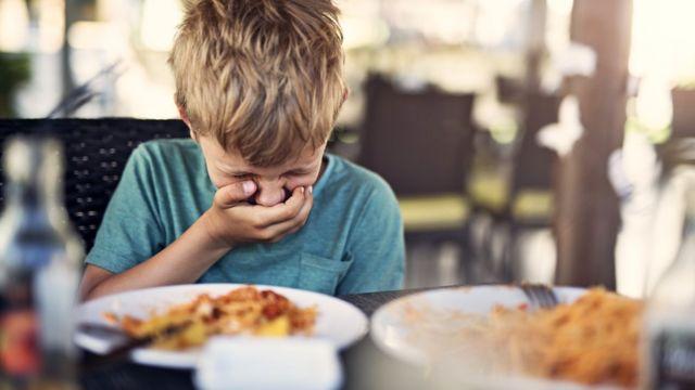 Мысль о том, что пища на салфетке напоминает детские какашки, запускает реакцию отвращения
