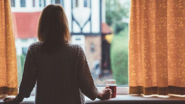 Mujer en una ventana.