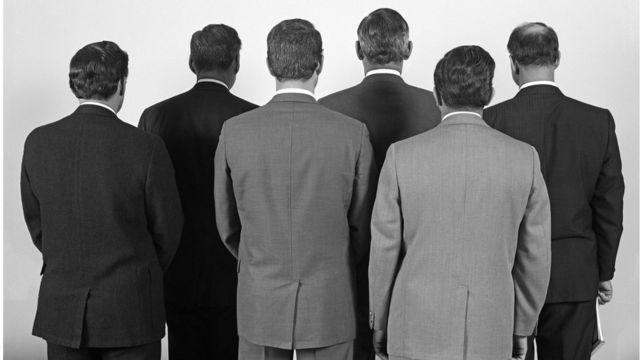 Hombres de espaldas