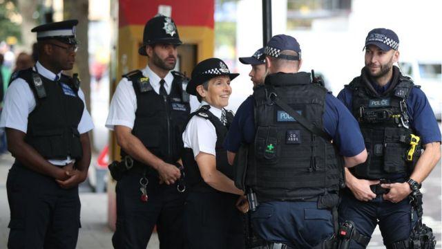 Вооруженная полиция продолжает патрулировать улицы Лондона, однако напряжение немного спало