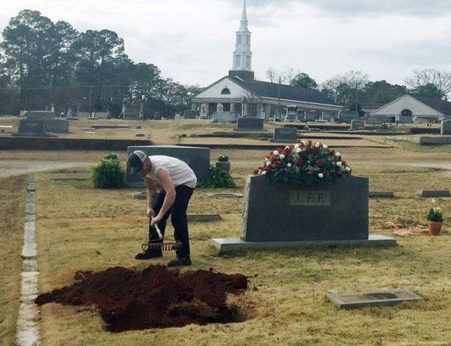 Harper Lee: To Kill a Mockingbird author buried in Alabama