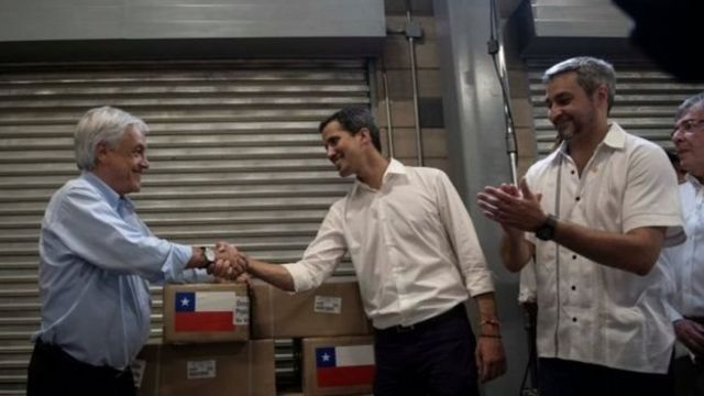 Ông Guaidó (giữa) cùng Tổng thống Chile Sebastian Pinera (trái) và Tổng thống Paraguay Mario Abdo Benitez tại nhà kho hàng viện trợ ở Cucuta