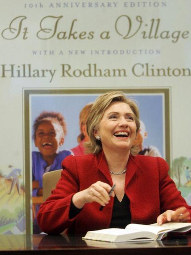 Hillary Clinton firma libros.