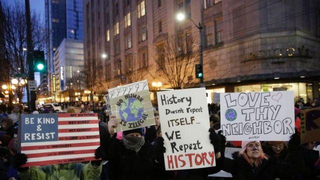 احتجاجات على قرار ترامب بمنع مواطني 7 بلدان إسلامية