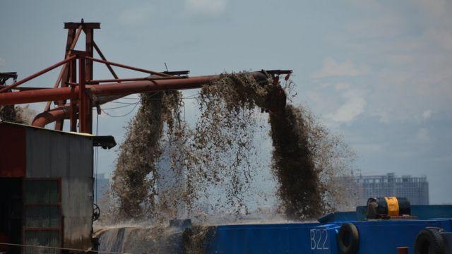 เครื่องจักรกำลังดูดทรายขึ้นมาจากแม่น้ำโขงในกรุงพนมเปญของกัมพูชา