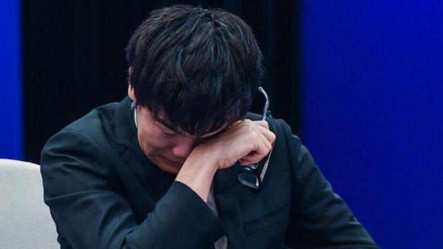 """5月27日,中国棋手柯洁九段和计算机围棋程序""""阿尔法围棋""""的第三场对决在浙江省桐乡市乌镇举行。"""
