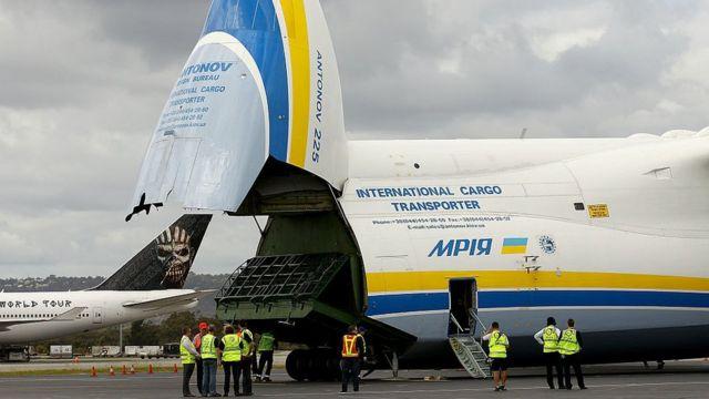La cola del avión.