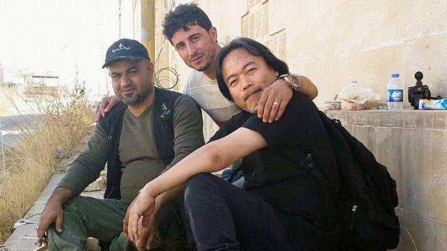 صورة للصحفي الياباني قرب مدينة الموصل