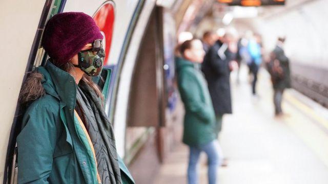 اجراءات للتباعد الاجتماعي في محطة قطار