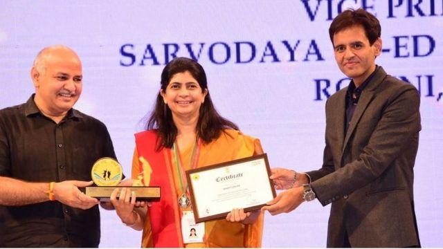 पुरस्कार ग्रहण गर्दै भारती