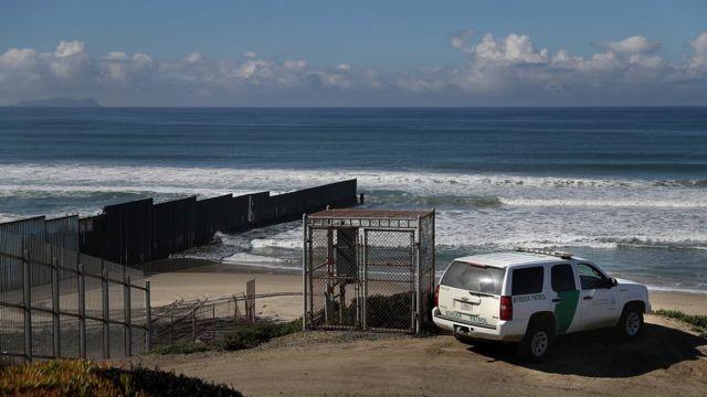 Patrulla fronteriza vigilando la costa que comparten Tijuana y San Diego