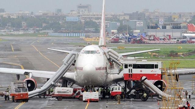 Avión con los toboganes inflables.
